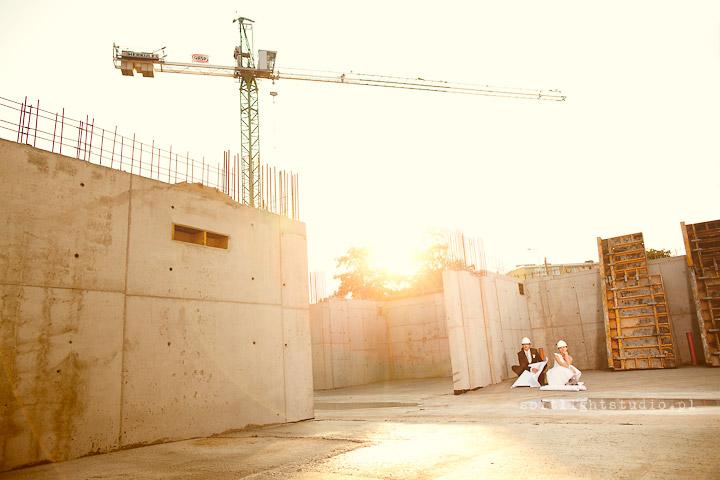 Sesja ślubna na budowie
