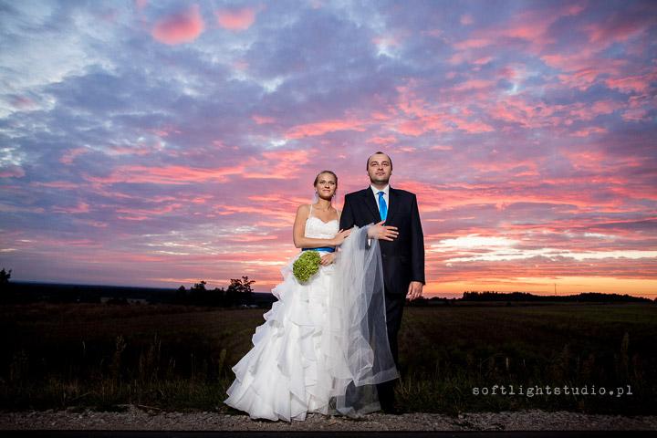 zdjęcie ślubne o zachodzie słońca